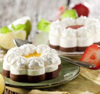Mini roomijstaartje met aardbeien/passievruchtensaus